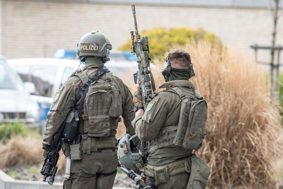Ein ehemaliger und 19 aktive Beamte: Hessische Behörden ermitteln gegen 20 Polizisten wegen der Beteiligung an rechtsextremen Chatgruppen.