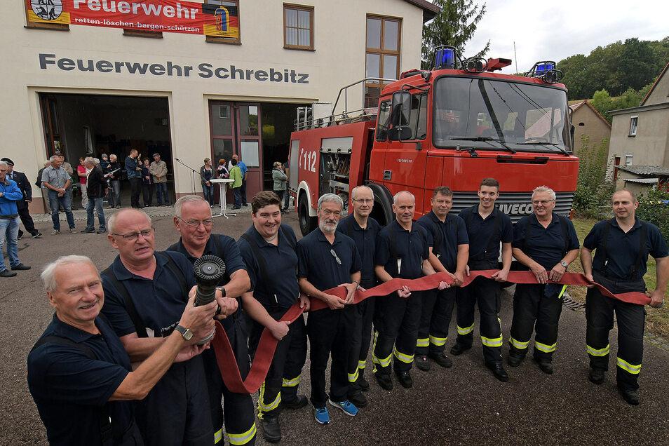 Die Schrebitzer Feuerwehrleute freuen sich über ihr neues Tanklöschfahrzeug, das schon einige Zeit bei der Berufsfeuerwehr in Chemnitz im Einsatz gewesen ist.