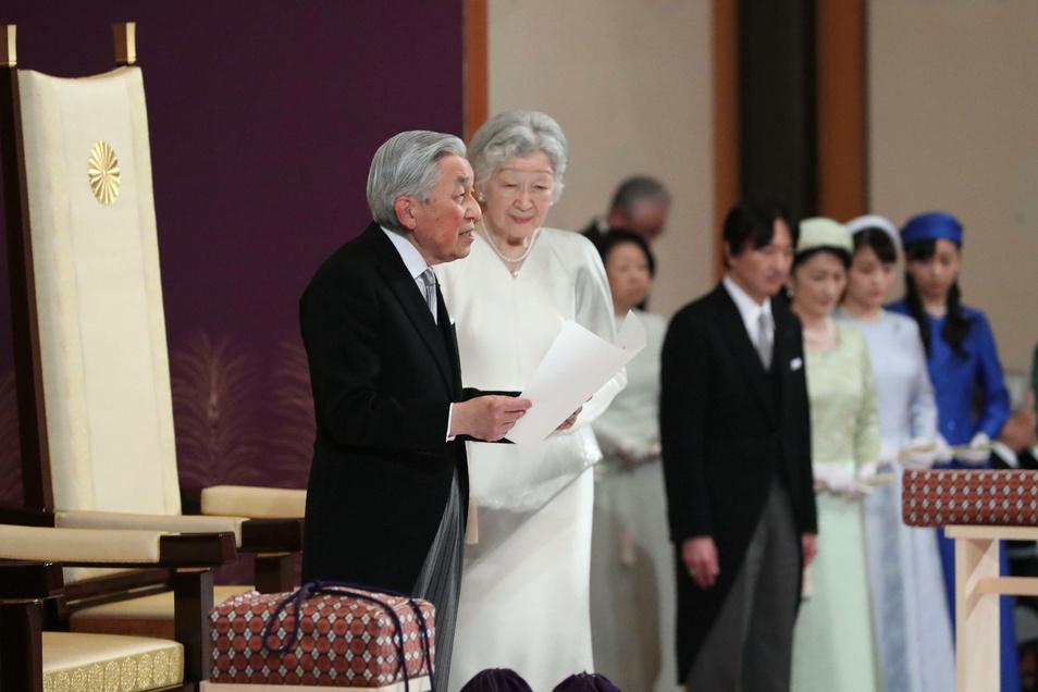 Japans Kaiser Akihito (r) spricht neben seiner Frau Michiko, Kaiserin von Japan, während der Zeremonie seiner Abdankung.