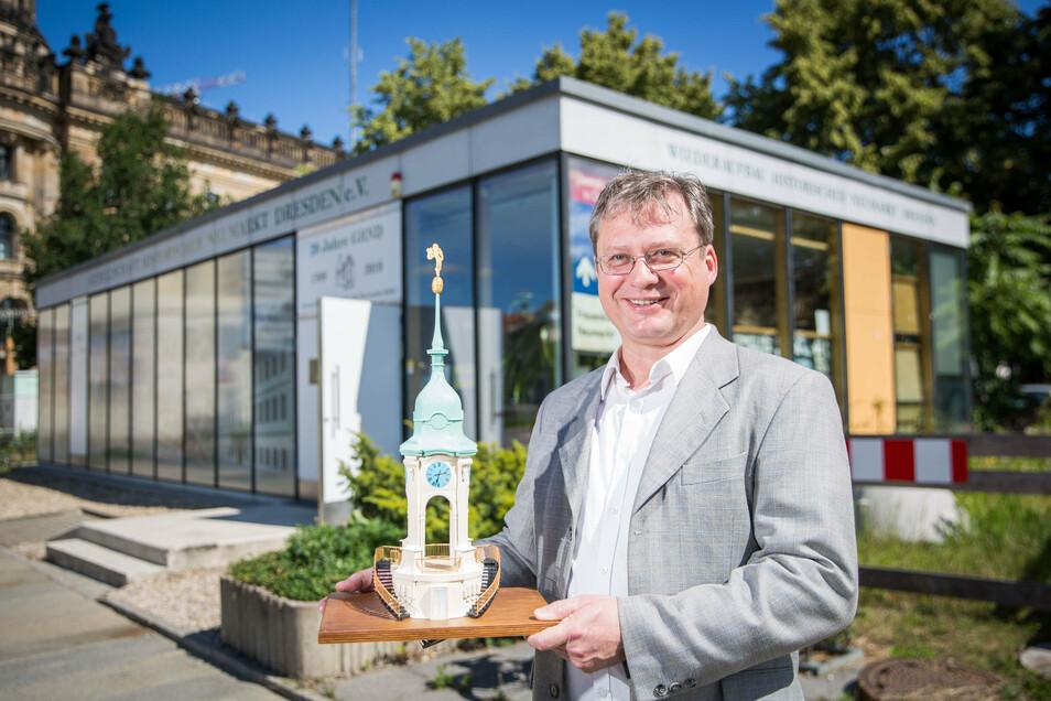 Torsten Kulke vom Vorstand der Gesellschaft Historischer Neumarkt mit dem Modell der Turmhaube des Neustädter Rathauses, das zerstört wurde.