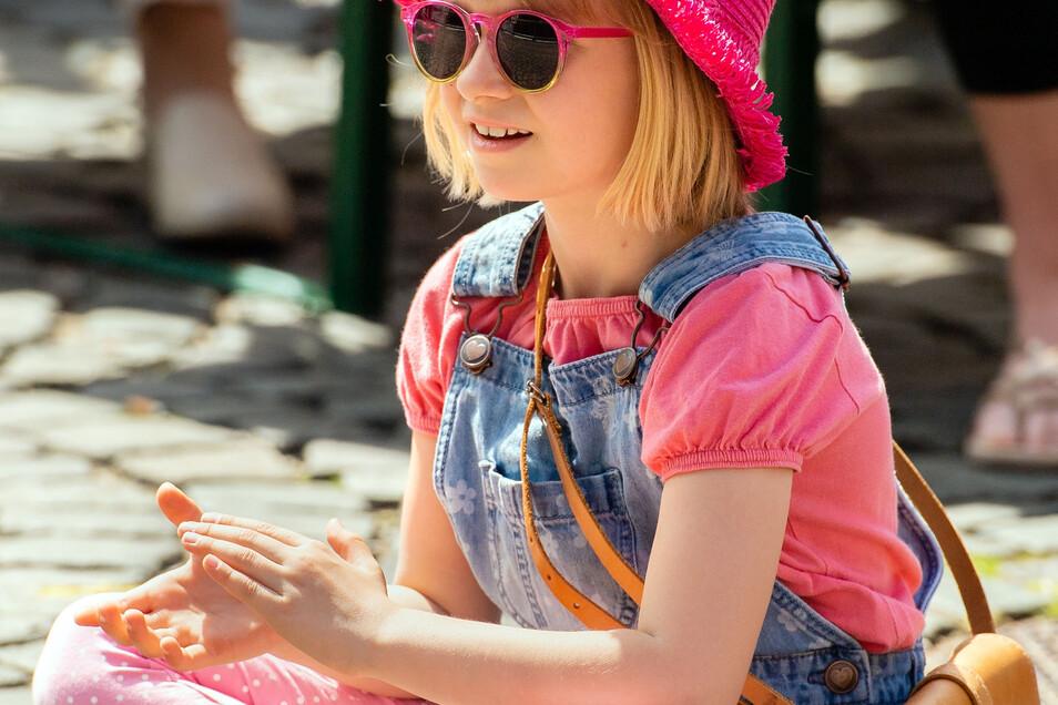 Beifall von den Jüngsten:Vom Bierstadtfest waren nicht nur die Erwachsenen begeistert. Dieser junge Fan applaudierte der tollen Livemusik auf dem Marktplatz. Allerdings war der Hut bei der Hitze Pflicht und eine Sonnenbrille gehörte ebenfalls für viele zur Grundausstattung an den fünf Festtagen.