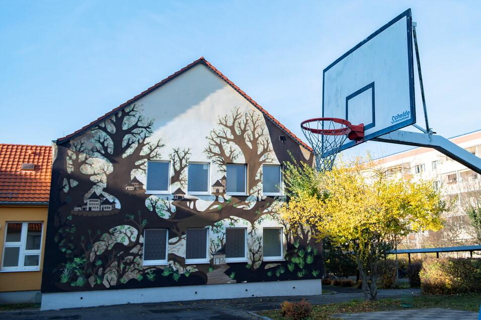 Die Sporthalle der 1. Oberschule Am Kupferberg in Großenhain wird saniert und erhält einen Anbau für die Unterbringung von Geräten. Während der Bauzeit findet Schulsport im Freien statt.