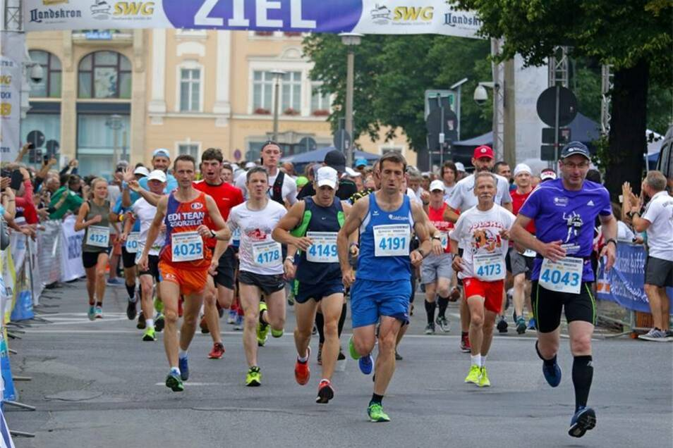 Szene kurz nach dem Start des Marathons. Ganz links sieht man die spätere Siegerin bei den Frauen: Franziska Kranich aus Görlitz.
