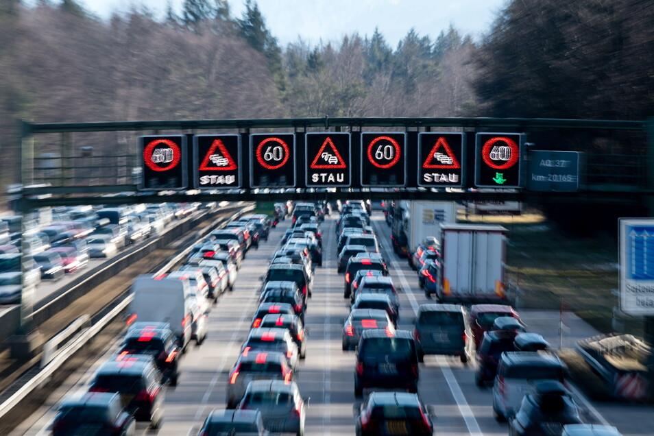 Bayern, Sauerlach: Dichter Verkehr schiebt sich über die Autobahn 8 im Hofoldinger Forst.