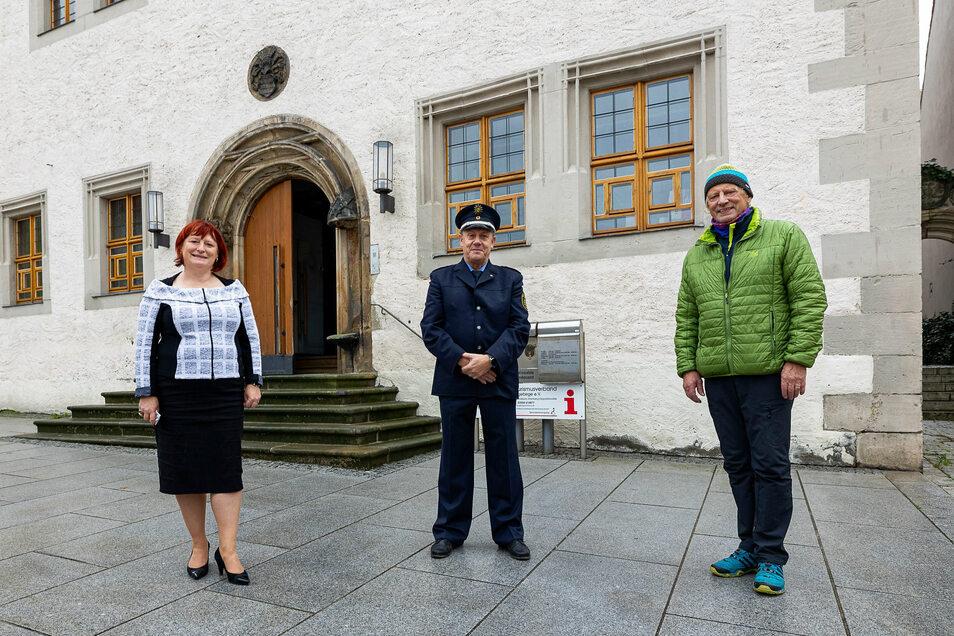 Die Dippser Oberbürgermeisterin Kerstin Körner und Altenbergs Bürgermeister Thomas Kirsten (re.) verabschiedeten Jonny Kummer, der über viele Jahre als Bürgerpolizist in beiden Städten tätig war.