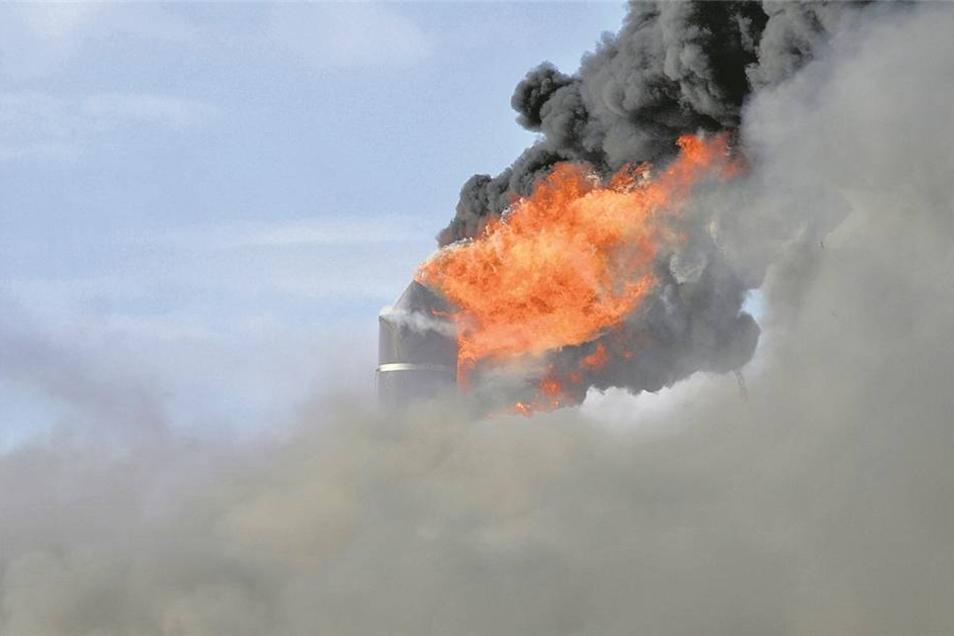 Die beiden Schornsteine auf dem Dach der Trockenhalle gingen in Flammen auf. Ein Übergreifen des Feuers auf das Dach konnte verhindert werden.