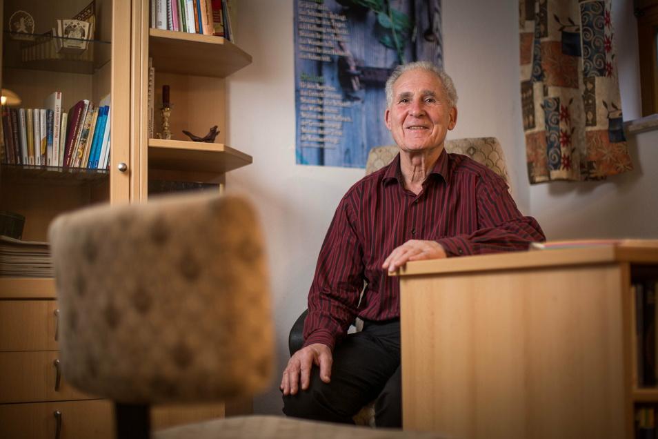 Dr. Hartmut Kirschner in seiner Praxis in Radeberg. Der Psychotherapeut berät Menschen in schweren Krisen. Derzeit bekommt er vermehrt Anfragen.
