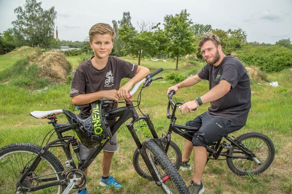 Moritz Weber (l.) und seine Freunde fahren mit Enduro-Downhill-Rädern. Zusammen mit Sandro Gratzke (r.) wollen sie den hinteren Teil der BMX- und Skate-Anlage in Weinhübel als Dirt-Jump-Strecke wiederbeleben.