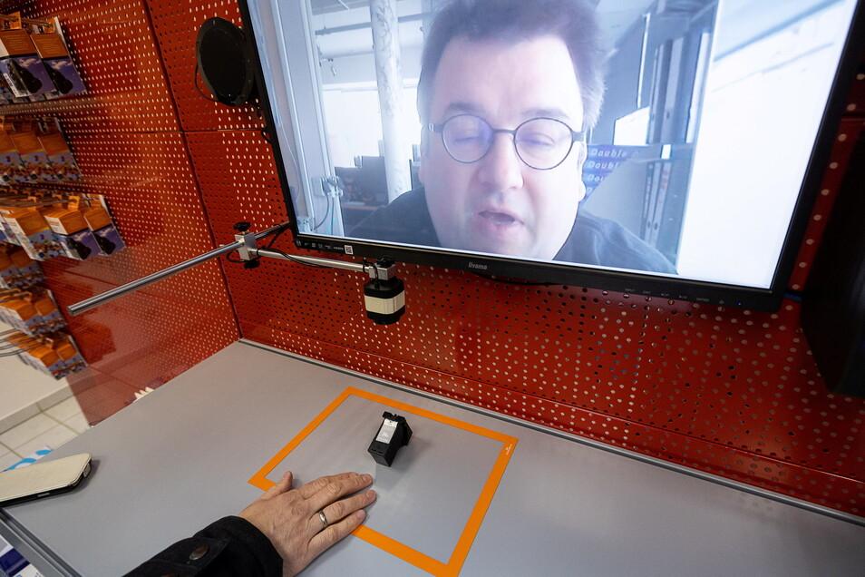 """Der Verkäufer, hier Tintenfuzzy-Chef Christian Lorenz, schaltet sich per Videokonferenz zu. Fragen zur Ware werden mithilfe des """"digitalen Auges"""", einer speziellen Kamera, geklärt."""