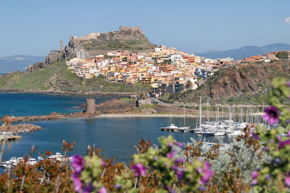 Wer zum Beispiel in die Altstadt von Castelsardo im Nordwesten Sardiniens will, muss bei der Einreise doch keinen aktuellen Coronatest nachweisen.