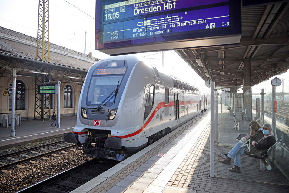 Noch hält der Intercity-Zug in Riesa. Ab Freitagabend, 17. September, ist damit Schluss. Dann fährt er bis Dienstag, 21. September, eine Umleitung über Elsterwerda bis nach Dresden.