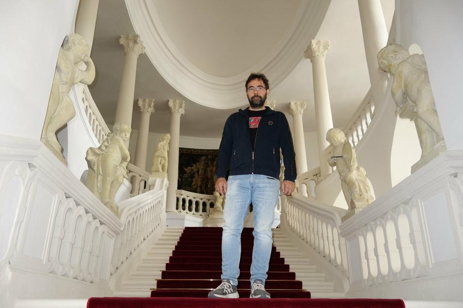 Schlossherr Pavel Ondracek auf dem prächtigen Treppenaufgang von Schloss Peruc.
