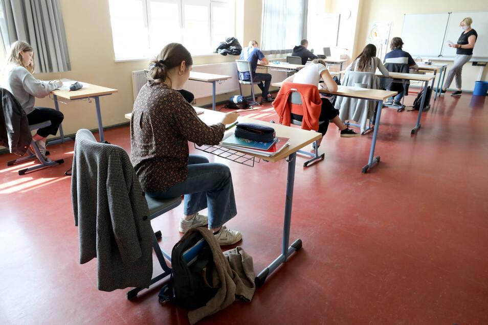 Abiturienten mussten in diesem Jahr unter schwierigen Bedingungen ihre Prüfungen ablegen. Deshalb wird ein schlechterer Notenschnitt befürchtet. In Radeberg liegen jetzt erste Ergebnisse vor.