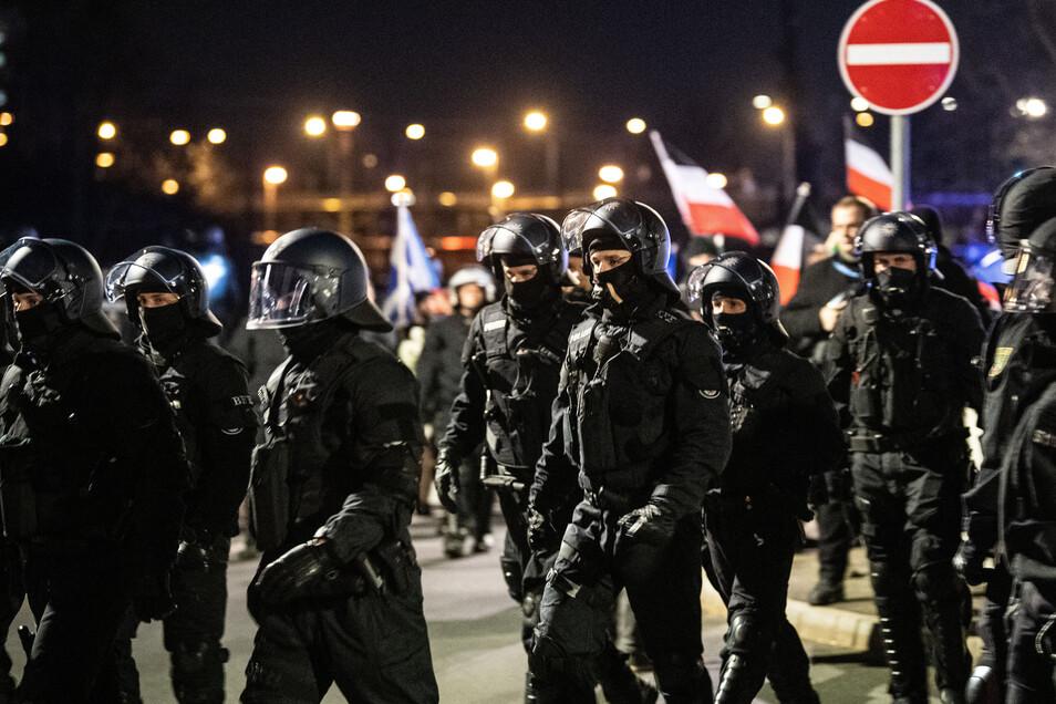 Polizisten bewachen Anfang Februar 2019 in Dresden einen Neonaziaufmarsch.
