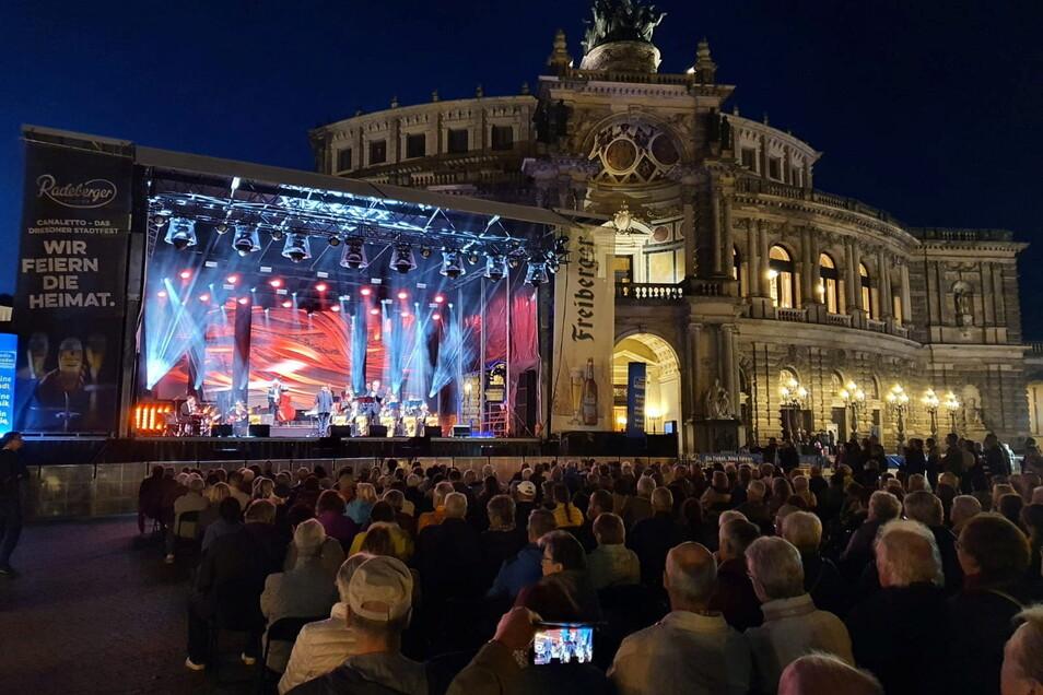 Das Stadtfest läuft: Blick am Freitagabend über den gut gefüllten Theaterplatz auf die Bühne.