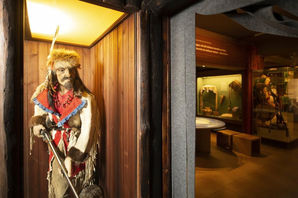 Die Figur des Waldläufers ist seit den Anfangstagen des Indianermuseums Bestandteil der Ausstellung. Sie wurde nun restauriert und neu eingekleidet.