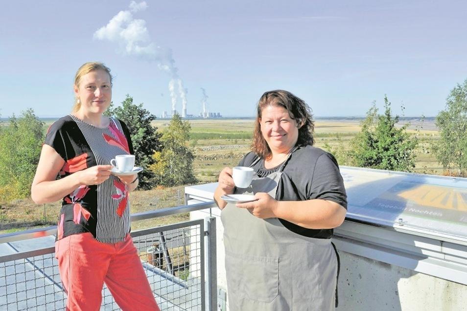 Ein grandioser Ausblick: Claudia Szonn (links), Leiterin des Turmcafés, und Michaela Weigang, die von Beginn an dabei ist, bleibt normalerweise wenig Zeit, mit einem Kaffee die Sicht über die renaturierte Fläche des Tagebaus Nochten zu genießen.