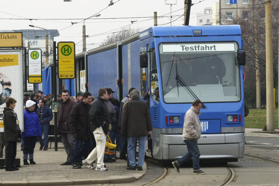 Auf dem Postplatz durften die Dresdner die Straßenbahn am 13. Januar 2001 begutachten.