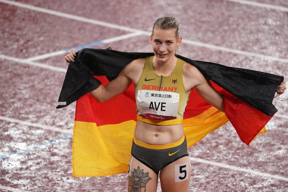 Lindy Ave jubelt mit der Deutschlandfahne über ihre Weltrekord-Zeit und ihren Sieg über 400 Meter.