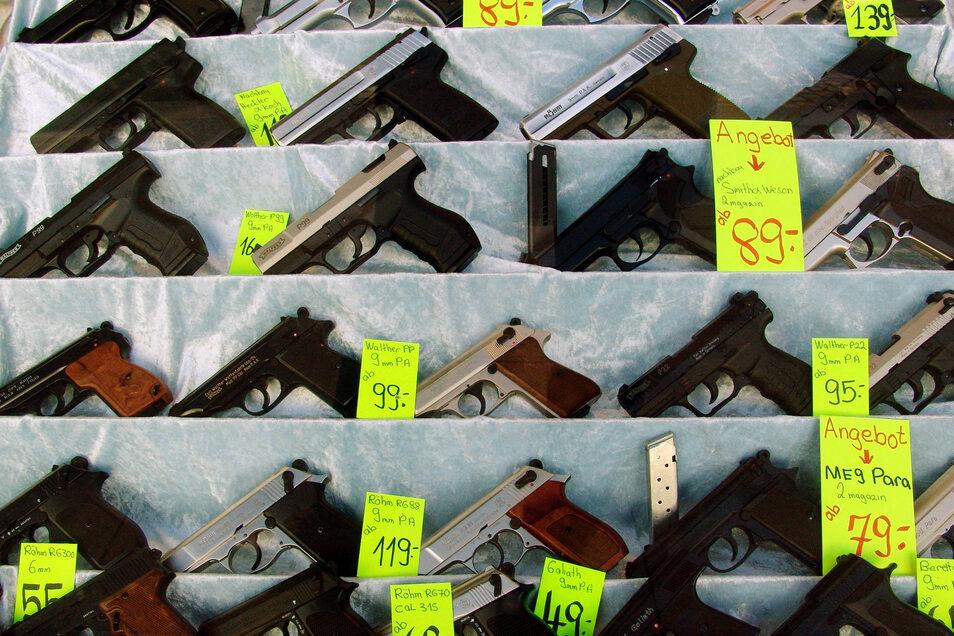 Schreckschusspistolen in der Auslage eines Waffenhändlers.