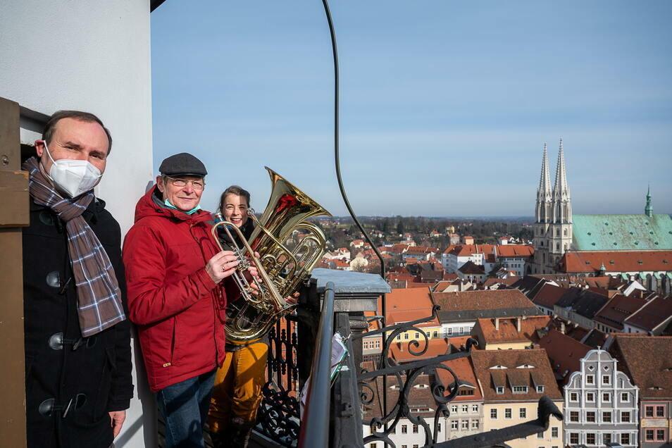 """Maria-Ruth Schäfer organsiert viele """"Geburtstagsständchen"""" für Görlitz. Thomas Stapel (l.) hat dafür ein Stück komponiert, Gotthard Pissang spielt jeden Sonntag."""