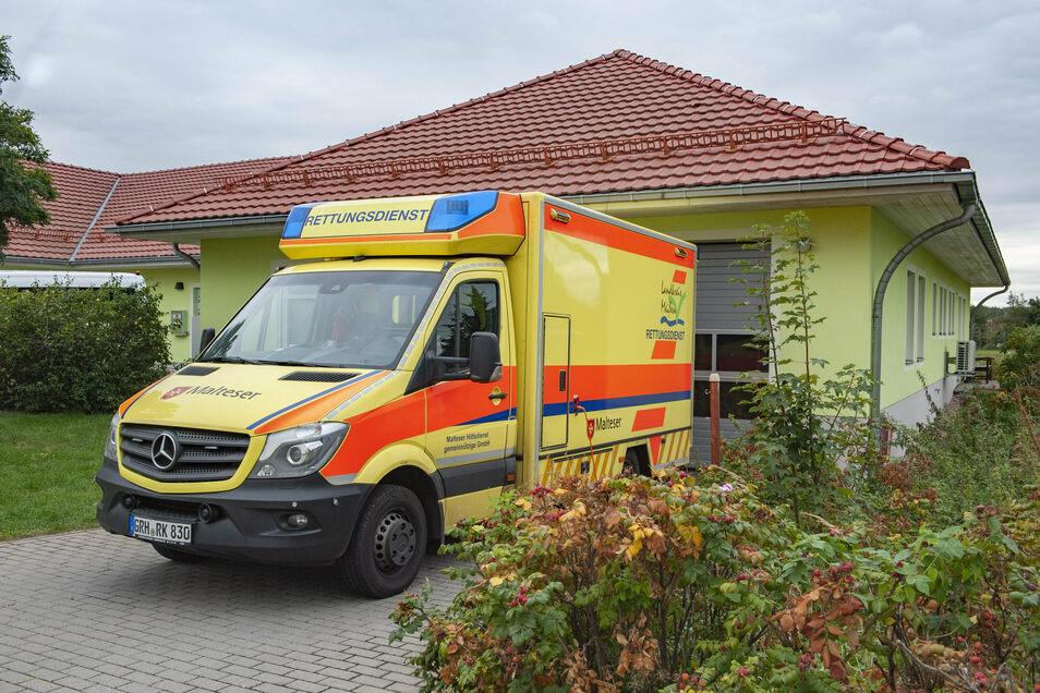 Noch fährt das Rettungsfahrzeug der Malteser aus dem Gebäude des DRK in Thiendorf. Künftig soll hier neu gebaut werden.