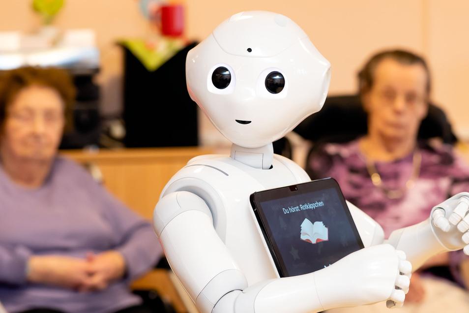 """Pepper, der Roboter, ist der jüngste """"Mitarbeiter"""" im Seniorenwohnhaus """"Am Belmsdorfer Berg"""" in Bischofswerda. Er wird für die Alltagsgestaltung eingesetzt. Durch ihn fallen keine Arbeitsplätze weg."""