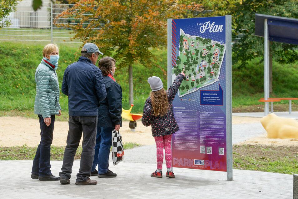 Auf dem Gelände verteilt sind Infotafeln mit Wissenswertem über heimische Tiere und Pflanzen und Übersichtspläne des Parks.