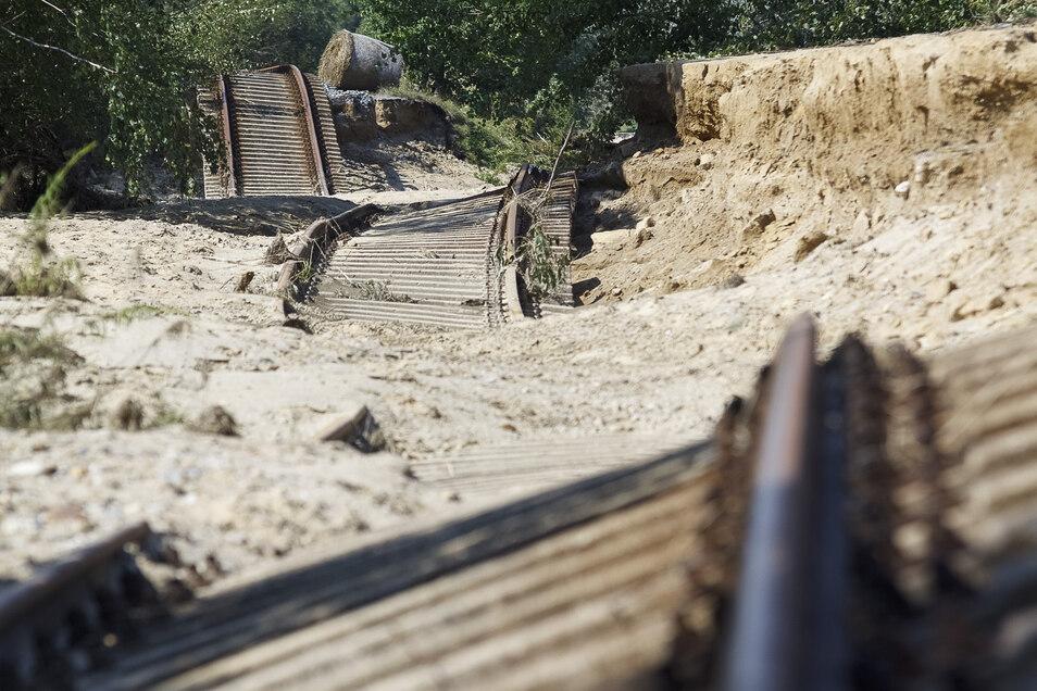 Durch die Flut zerstörte Gleise zwischen Hagenwerder und Weinhübel.