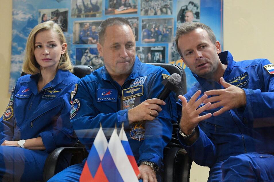 Die russische Schauspielerin Julia Peressild (l-r), der Kosmonaut Anton Schkaplerow und der Filmregisseur Klim Schipenko, vor dem Start des Raumschiffs Sojus MS-19 zur Internationalen Raumstation (ISS) auf dem Kosmodrom Baikonur.
