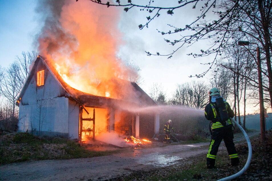 Zu einem Brand rückte die Feuerwehr am Montagmorgen in den Bischofswerdaer Ortsteil Kynitzsch aus.