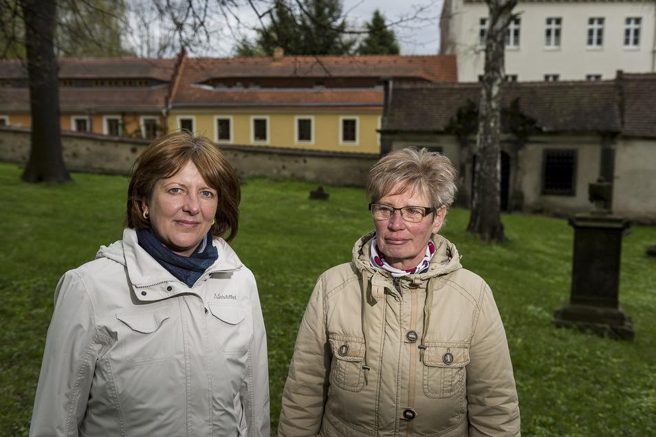 Mit ihrer Krimiführung haben Karina Thiemann (li.) und Gudrun Burghard schon einmal voll ins Schwarze getroffen. Sie ist nach wie vor eine gern gebuchte Tour, die unter anderem auf den Nikolaifriedhof führt: Denn genau an der Friedhofsmauer stand einst da