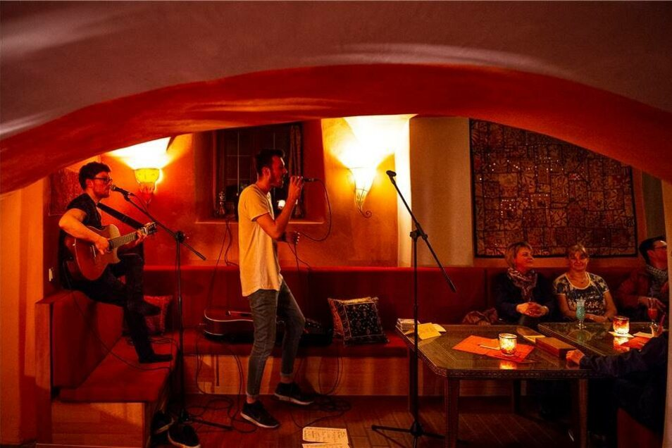 Von vornherein gemütlicher war das Café Oriental, wo Richard Fuhrmann und Felix Herrmann mit Gitarre und Gesang für einen entspannten Abend sorgten.
