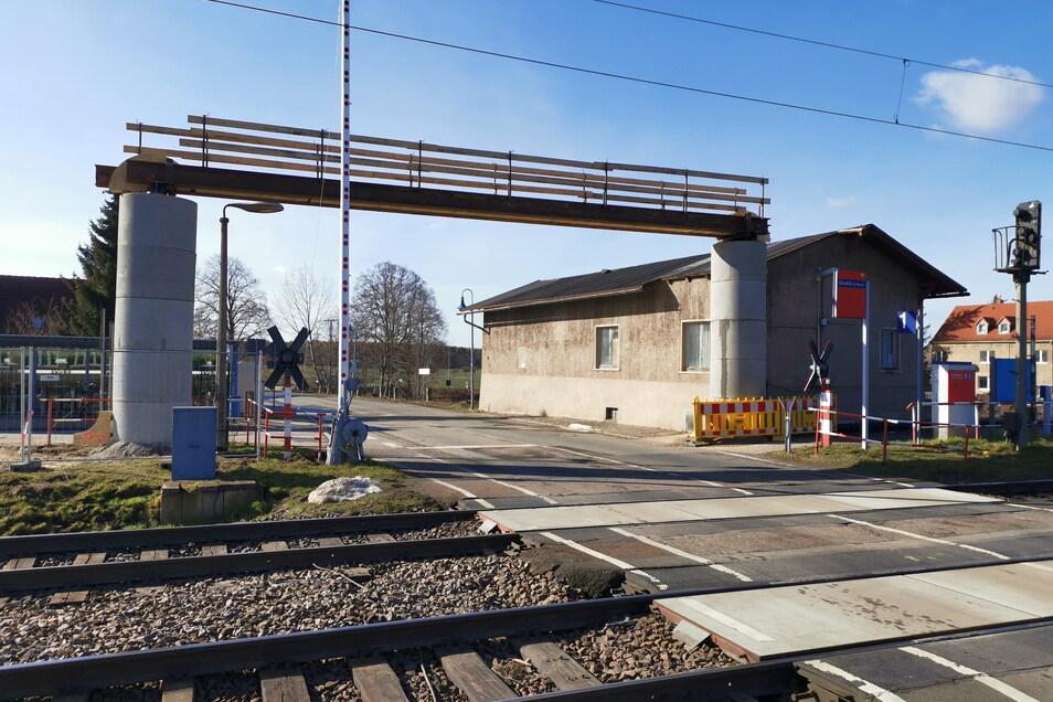Noch sind die Schranken an der Bahnhofstraße in Glaubitz geöffnet. Aber bald schon für längere Zeit nicht.