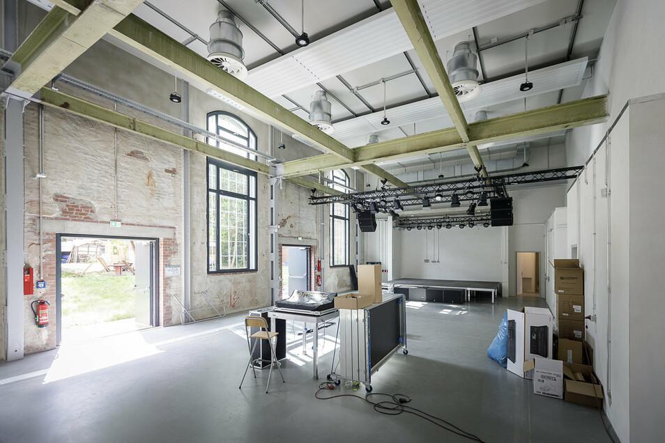 Das ist der Veranstaltungssaal. Unter Nicht-Corona-Bedingungen soll er später Platz für 300 Besucher bieten. Gegenwärtig bauen die künftigen Nutzer die Bühne ein.