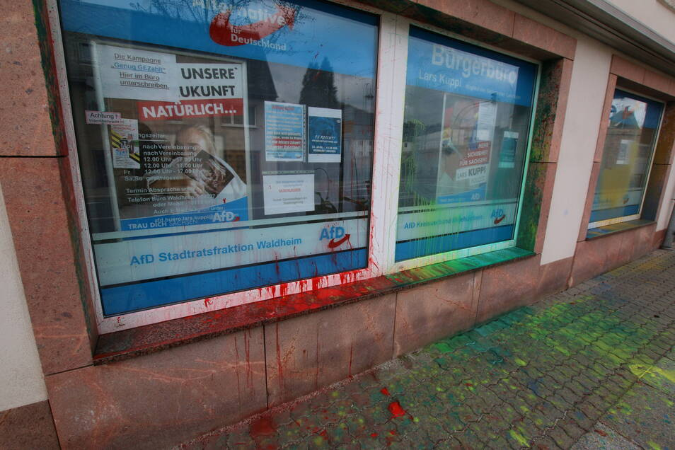 Unbekannte haben Farbbeutel an das Bürgerbüro der AfD in Waldheim geworfen.