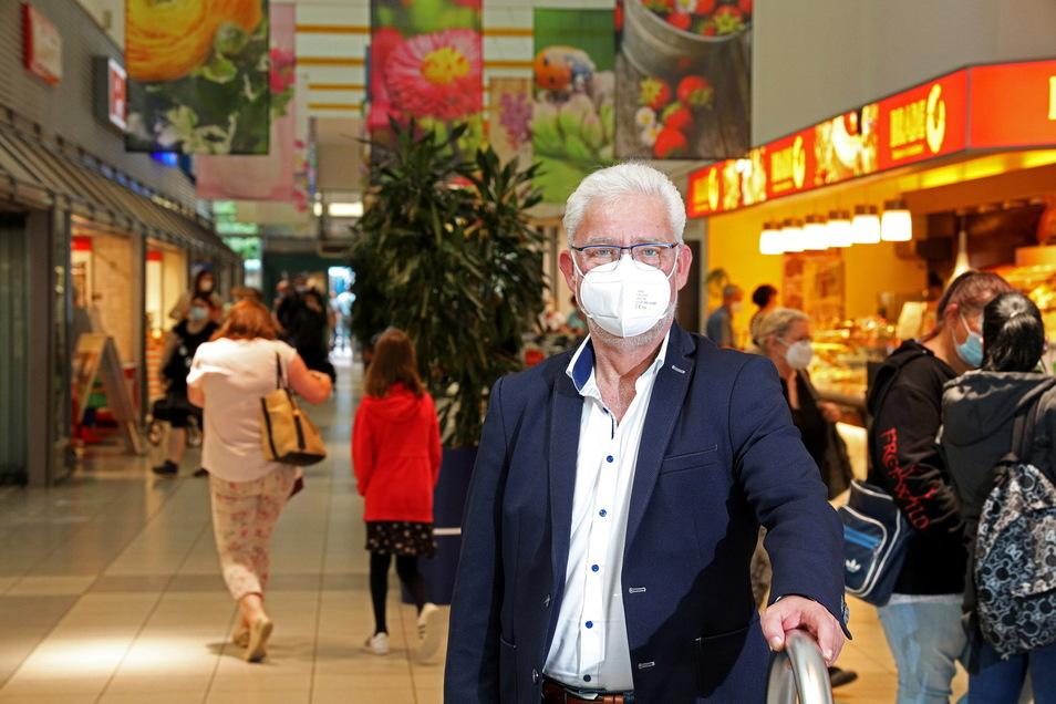 Maske ist noch Pflicht, dafür sind alle Geschäfte wieder offen: André Schittko ist Centermanager in der Riesaer Elbgalerie. Bald gelten dort wieder die gewohnten Regeln.