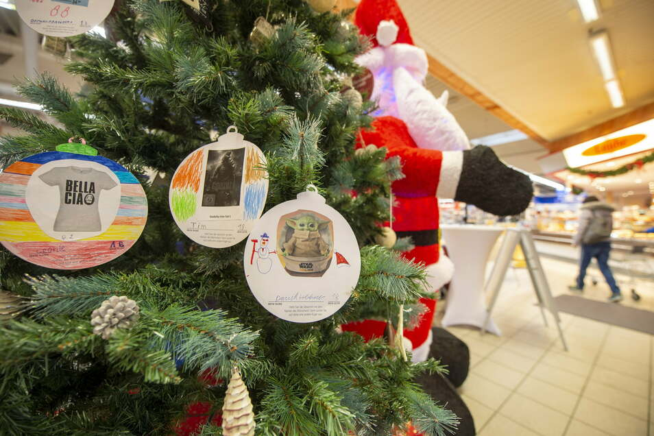 Noch hängen einige Wünsche der Kinder am Real-Wünschebaum und warten auf Wichtel.