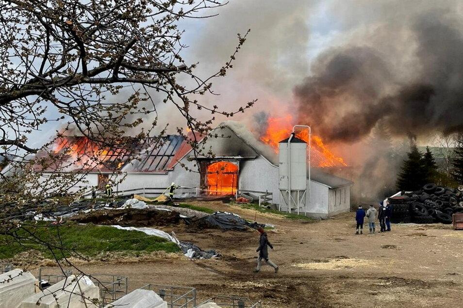 Donnerstagabend standen zwei Landwirtschaftsgebäude in Cunnersdorf in Flammen.