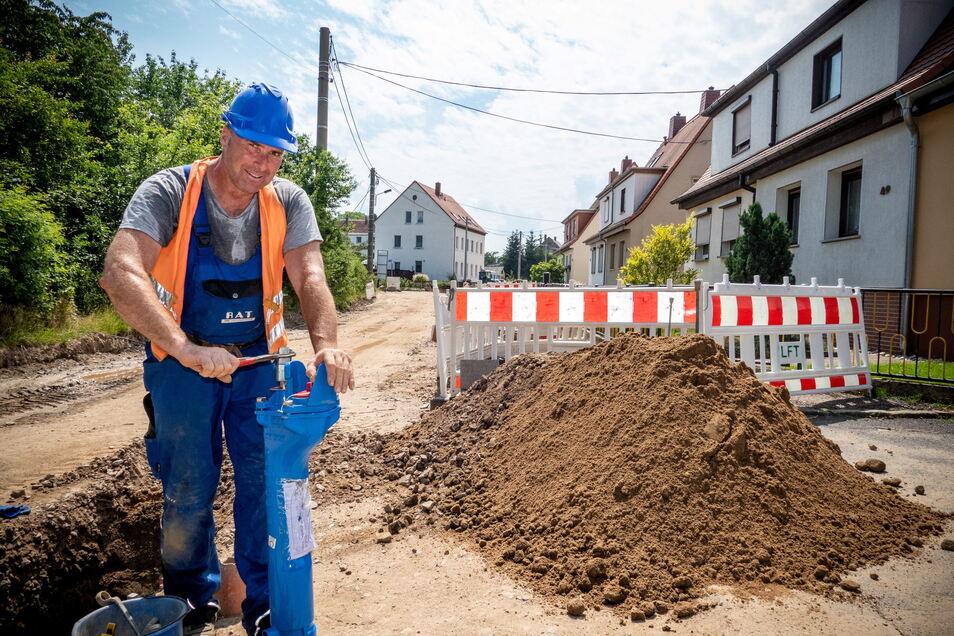 Stefan Scheder von der Firma RAT aus Ostrau an einem Unterflurhydrant.
