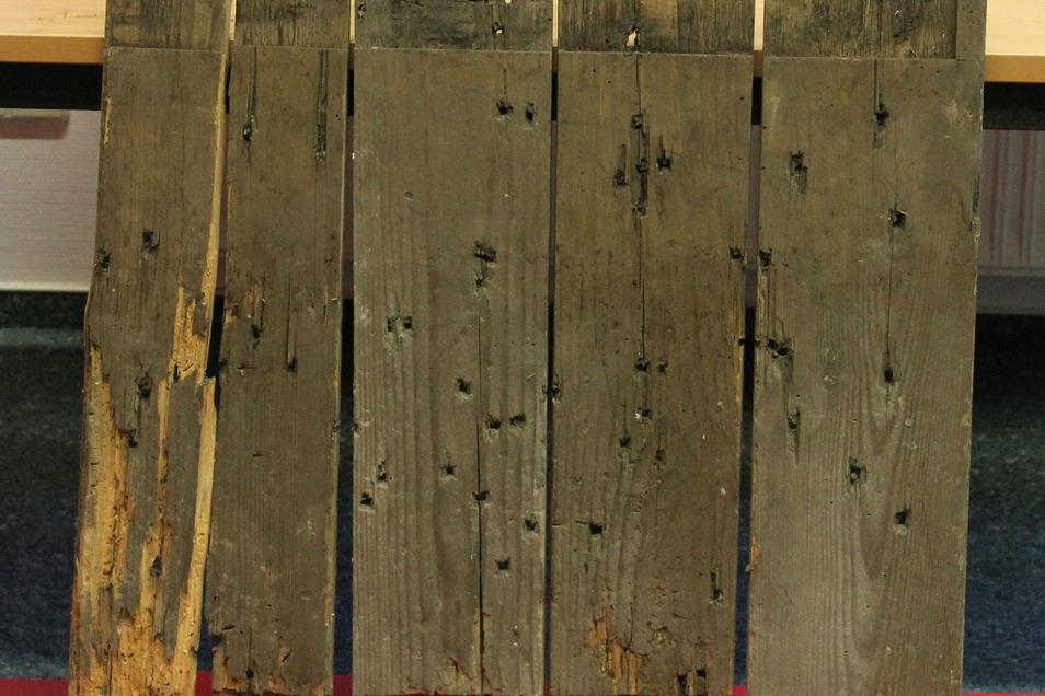 An der Rückseite wird deutlich: hier hat der Holzwurm über die Jahrhunderte kräftig genagt.