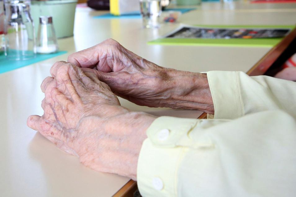 Hilflos im Alter? Gute Pflege hat ihren Preis. Die Anhebung der Gebühren in einem Heim in Königsbrück um rund 400 Euro machte Ende vergangenen Jahres Schlagzeilen. Ist eine solche Entwicklung auch in Radeberg möglich?