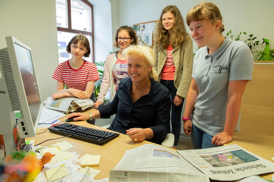 Über die Schulter geschaut: Großenhains Redaktionsleiterin Catharina Karlshaus erklärte Melissa Lorenz, Emma Tröbs, Tessa Gruhl und Cecilie Mrosk, wie die Nachrichten verarbeitet werden.