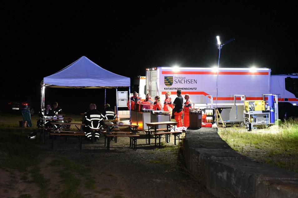 Kräfte des Deutschen Roten Kreuzes sichern die medizinische Betreuung an der Einsatzstelle ab.