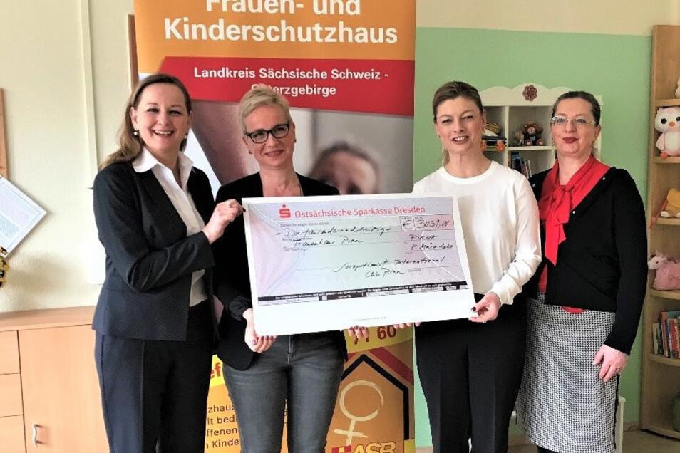 ASB-Chefin Alies Domaschke (l.), Cornelia Süß (3.v.l) und Dr. Andrea Stoenescu (r.) vom Soroptimist Club Pirna: Jegliche Gewalt gegen Frauen verhinden.