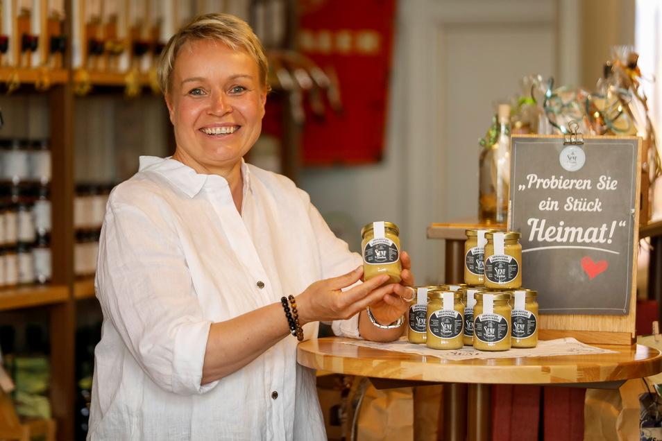 """Kathrin Scholz mit dem prämierten Senf """"Oberlausitzer Granitschädel"""", der bei den Kunden auch sehr beliebt ist."""