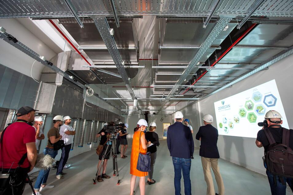 Medienvertreter aus ganz Deutschland werden durch die künftigen Produktionsräume geführt.