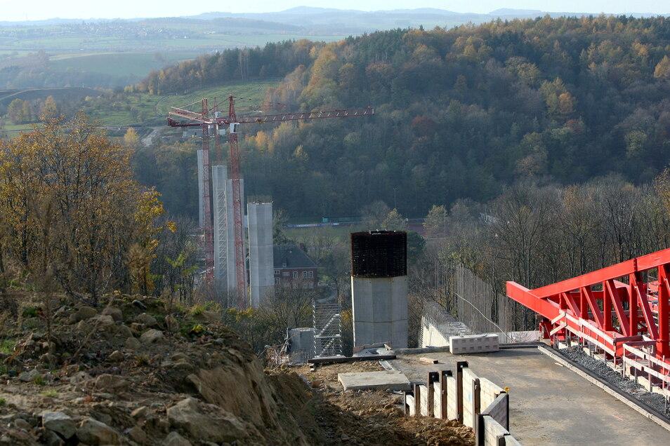 Blick vom Sonnenstein in Richtung Kohlberg: Diese Pfeiler werden die Gottleubatalbrücke künftig tragen.