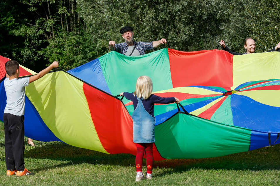 Marco Süßmitt (Mitte) organisiert in Löbau einen Treff mit Sport und Spiel für Kinder und Familien.