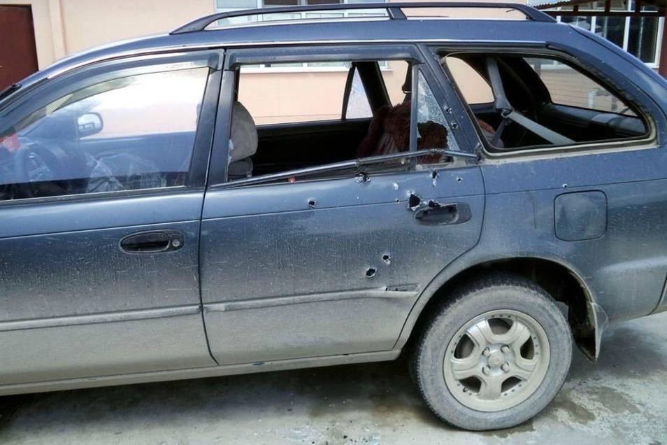 Von Einschusslöchern durchsiebt: In diesem Auto waren die Journalistinnen unterwegs, als sie von einem Polizisten unter Feuer genommen wurden.